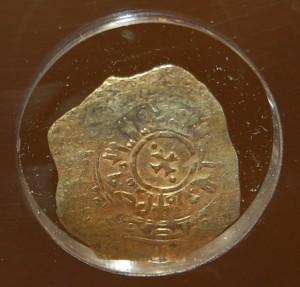 """Tarì d'oro con legenda pseudocufica araba, """"R"""" di Ruggero II re sul diritto e croce ottagona sul rovescio, anni 1140 -1154 circa"""